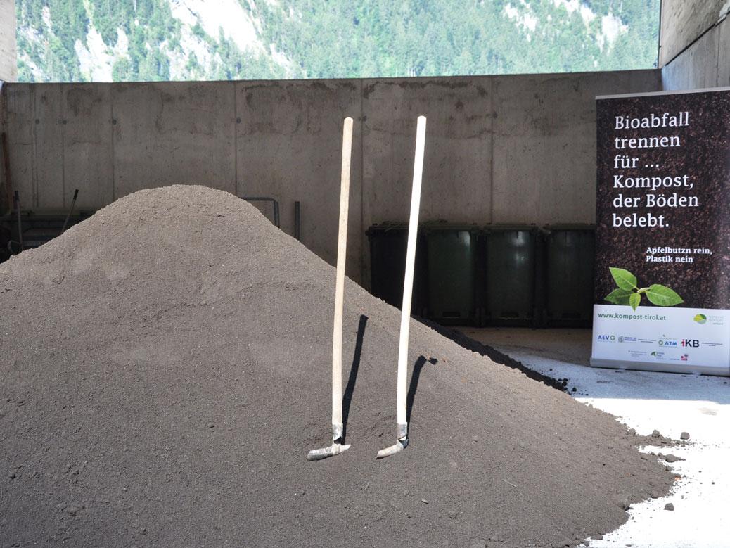 Kompost / web_kompost-aktion-mayrhofen_schaufeln